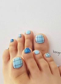 一组很可爱的彩色脚趾美甲图片