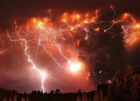 闪电与喷发的火山碰撞的瞬间  