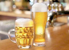 装在杯子里的啤酒图片