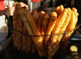 金黄酥脆的油条早餐图片
