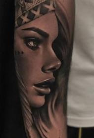 一组欧美写实女人手臂纹身图案