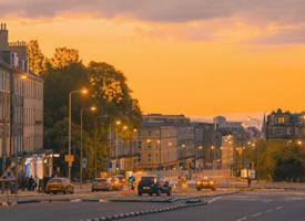 日落时的爱丁堡,浪漫色彩铺满街道