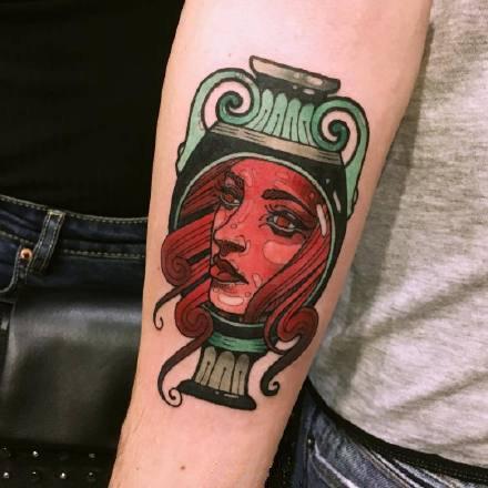 点击大图看下一张:颜色鲜明的手臂纹身图案