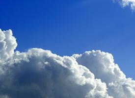 天空中洁白无瑕的云朵图片