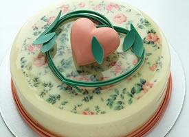 一组热闹点的淋面蛋糕图片