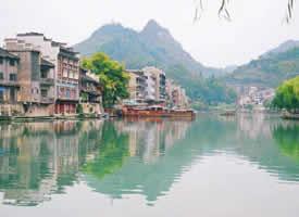 贵州镇远古城的夏天,青山含黛,河水蜿蜒
