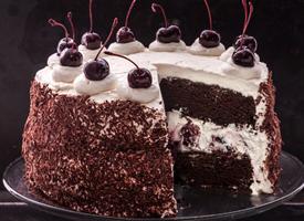 一组甜甜的黑森林蛋糕图片