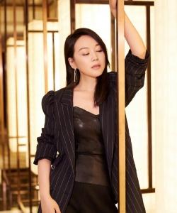 闫妮黑色西装魅力写真图片