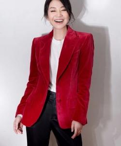 闫妮红色西服甜酷干练写真图片