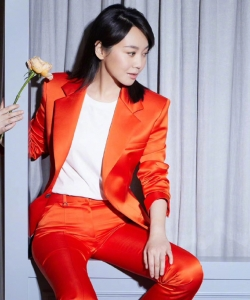 闫妮橘红西装动人写真图片