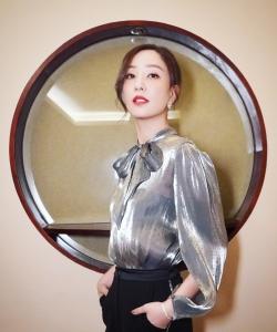 郑希怡金色西服性感图片写真