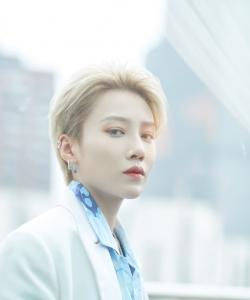 THE9刘雨昕蓝白西服活力性感图片