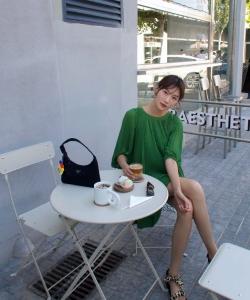 李斯羽绿裙清爽街拍图片