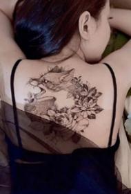 一组女生性感背部纹身图案