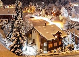 山谷深处的雪中小镇