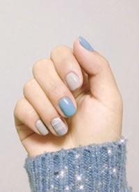 一组优雅静谧的蓝色系美甲图片