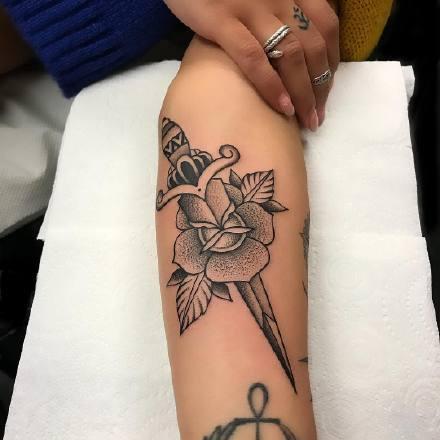 点击大图看下一张:一组帅气的黑灰手臂纹身图案