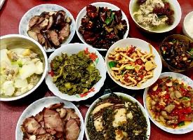 一组丰盛的家常菜图片