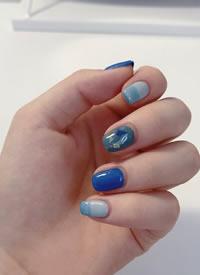 一组蓝色调的秋冬美甲图片