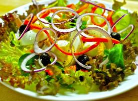 爽口新鲜的蔬菜沙拉图片