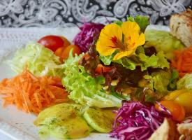 新鲜营养的蔬菜沙拉图片