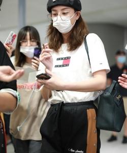 郑希怡贝雷帽排扣运动裤帅气机场照图片
