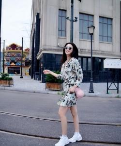 朱珠碎花裙甜酷街拍图片