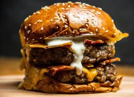 美味的双层汉堡图片