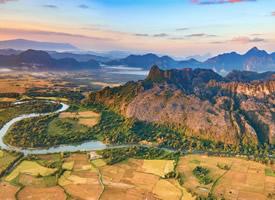 幽静深远群山湖泊高清风景壁纸图片