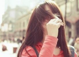 压抑心中的痛,还要和你微笑挥挥手