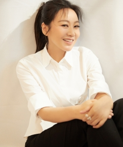 闫妮半裙摆白衬衫性感图片写真