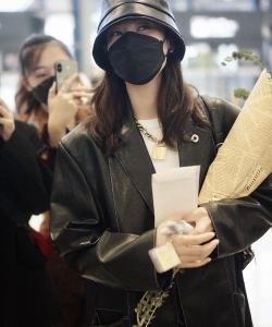 郑希怡全黑穿搭又美又飒机场照图片