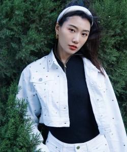 李斯羽黑白套装秋日写真图片