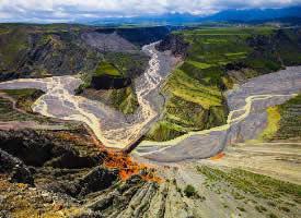 新疆天山北坡的安集海大峡谷,色彩丰富