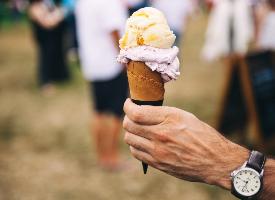 手拿甜筒冰淇淋图片