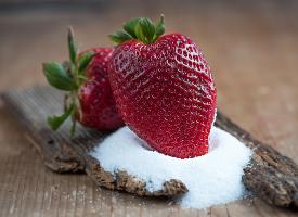 白糖上的红草莓图片