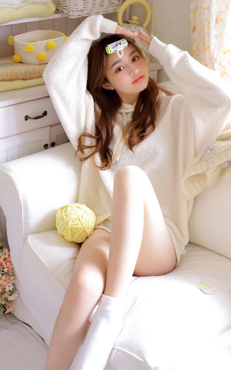 点击大图看下一张:细长美腿美女白嫩摄影写真
