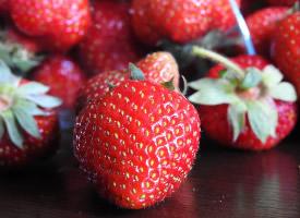 一组鲜红好看的草莓图片