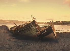 海边废弃船只摄影高清图片