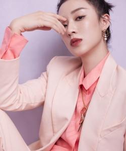 孙佳雨粉色西装时尚写真图片