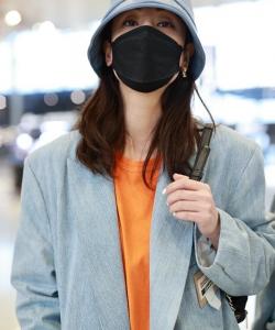 郑希怡西服时尚亮眼机场照图片