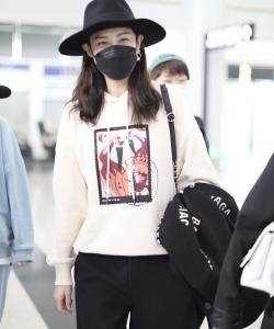 郑希怡针织衫简约时髦机场照图片