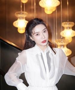 李斯羽精致白裙性感写真图片