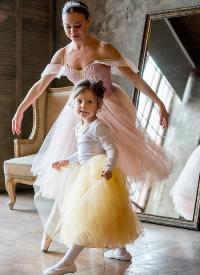 一组女孩跳芭蕾舞摄影图片