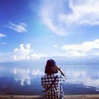 海边女生背影头像。