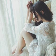 穿白色连衣裙的女生唯美背影微信头像