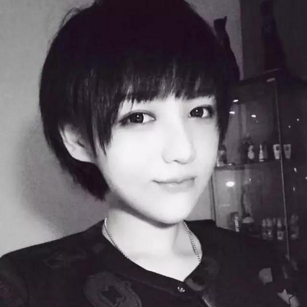干练帅气短发女生自拍qq黑白头像图片