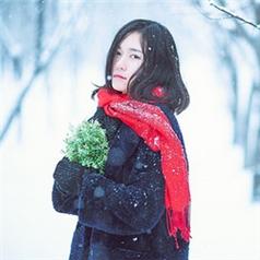 寒冷雪地里的森系美女微信头像图片