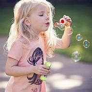 吹泡泡的歐美小女孩唯美qq頭像圖片