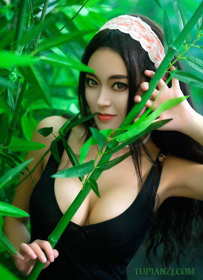 点击大图看下一张:惹火性感美女照片 乳神潘春春写真图片